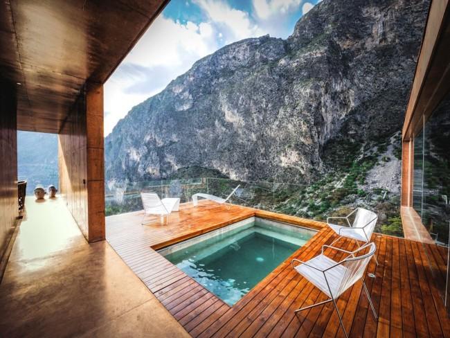 Шикарная терраса, надстроенная над бассейном. Чтобы ничего не вмешивалось в картину виду на горы, перила этой террасы - стеклянные