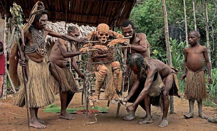 Необычные и ошарашивающие традиции племени папуасов, которые удивят и шокируют Вас!