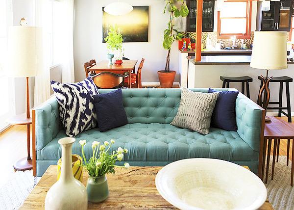 Интерьер по-европейски: 10 идей с диваном в неожиданных местах фото 1