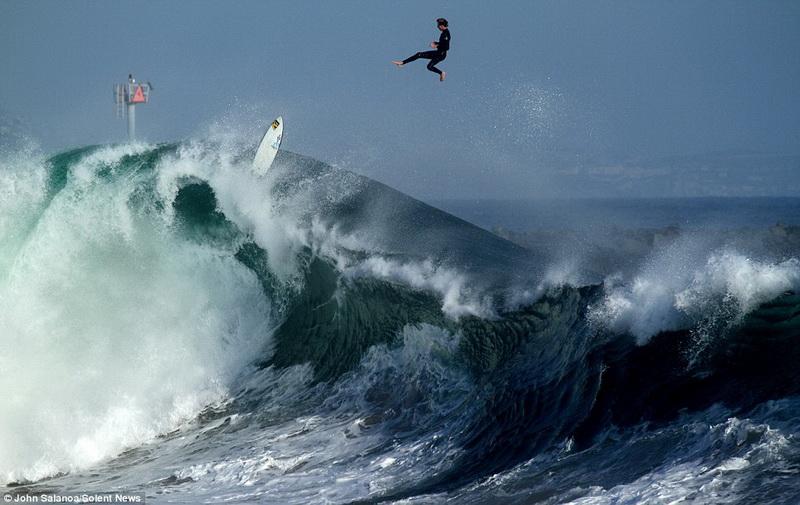 Удар волны швырнул серфера в небо