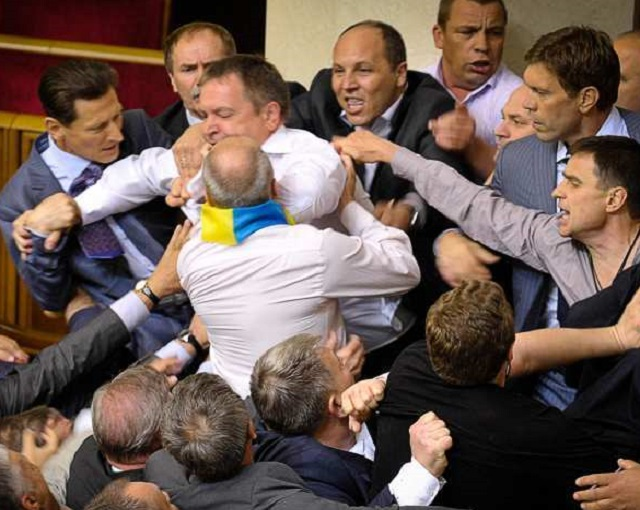 Украинские депутаты вместо заседания начали массовую драку