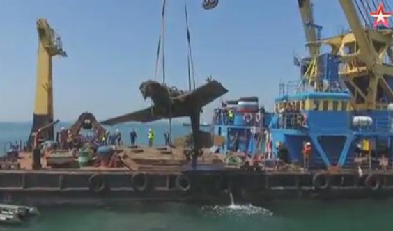 Строители Крымского моста подняли со дна самолет времен Войны.