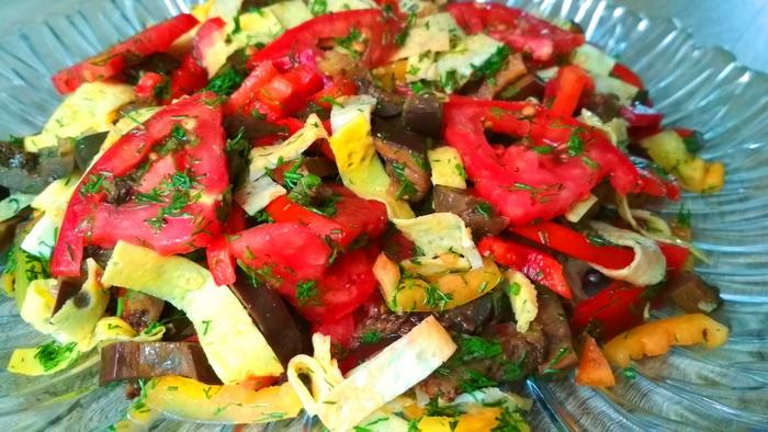 Обалденный салат без майонеза с баклажанами и яичными блинчиками
