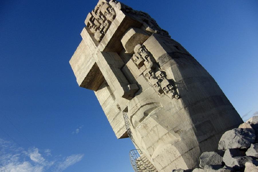 «Маска скорби» - памятник в Магадане, посвященный погибшим в советских лагерях