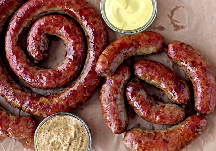 Румяная и аппетитная домашняя колбаса.  Фото: recept.ua.
