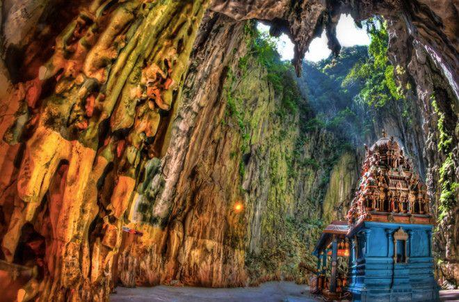 Пещеры Бату Малайзия Пещерам Бату примерно 400 миллионов лет Долгое время они служили убежищем во время охоты для местного племени Бесиси В 1891 году здесь была установлена статуя Шри Мураган Свами а часть пещер комплекса начали обустраивать как религиозные святыни К главной пещерехраму ведут 272 ступеньки Наряду с религиозной символикой и атрибутикой в храме встречаются сталактиты и сталагмиты Высота полотков в природном храме составляет около 100 метров
