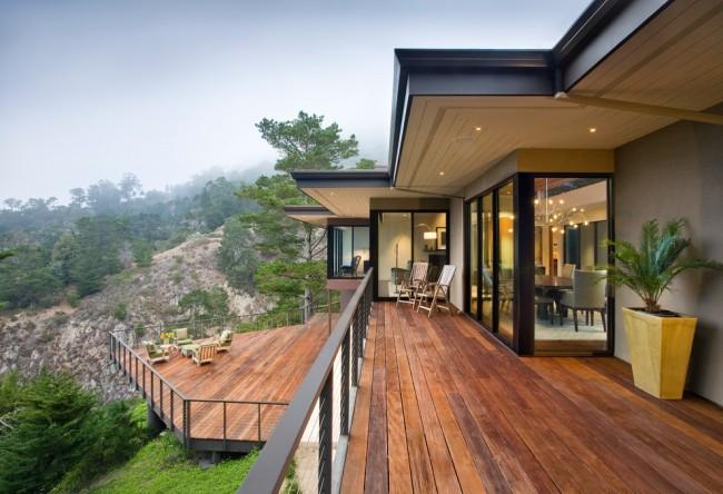 Загородный дом с двумя террасами над горным ландшафтом