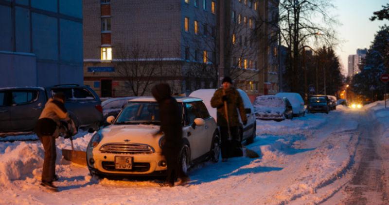В Минске ночью очистили от снега все автомобили MINI. Кто и зачем это сделал?