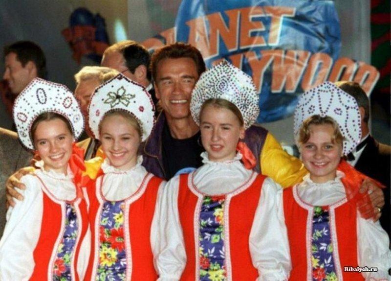 Арнольд Шварценеггер на открытии ресторана «Планета Голливуд» в Москве, 1996 год. история, люди, мир, фото