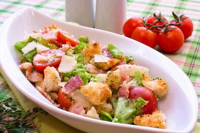 Салат с томатами и ржаными сухариками