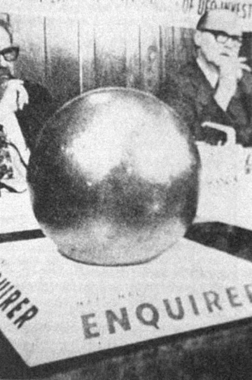 Загадочная сфера Бетца Когда члены семьи Бетц осматривали территорию собственного угодья, которые были повреждены во время странного пожара, то обнаружили на земле необычную находку: серебристый шар, около 20 сантиметров в диаметре, совершенно гладкий, за исключением странного, удлиненного нанесенного символа напоминающего треугольник.
