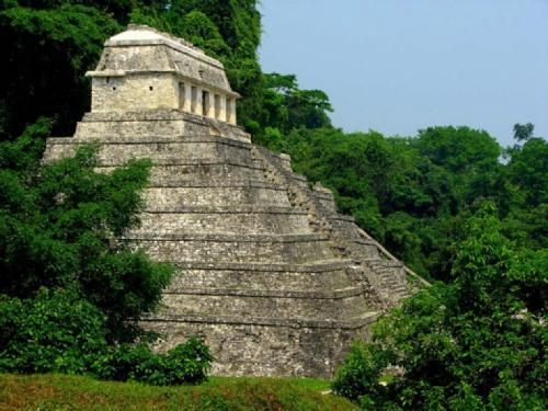 На плите тысячилетнего храма изображен космонавт В 1948 году среди развалин древнейшего города майя Альберто Руз обнаружил пирамиду, на вершине которой был расположен храм. Со временем его стали называть Храм Надписей. Удалось установить, что храм был построен тысячи лет тому назад.