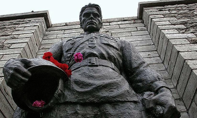 Россия требует у Эстонии расследовать гибель защитника «Бронзового солдата»