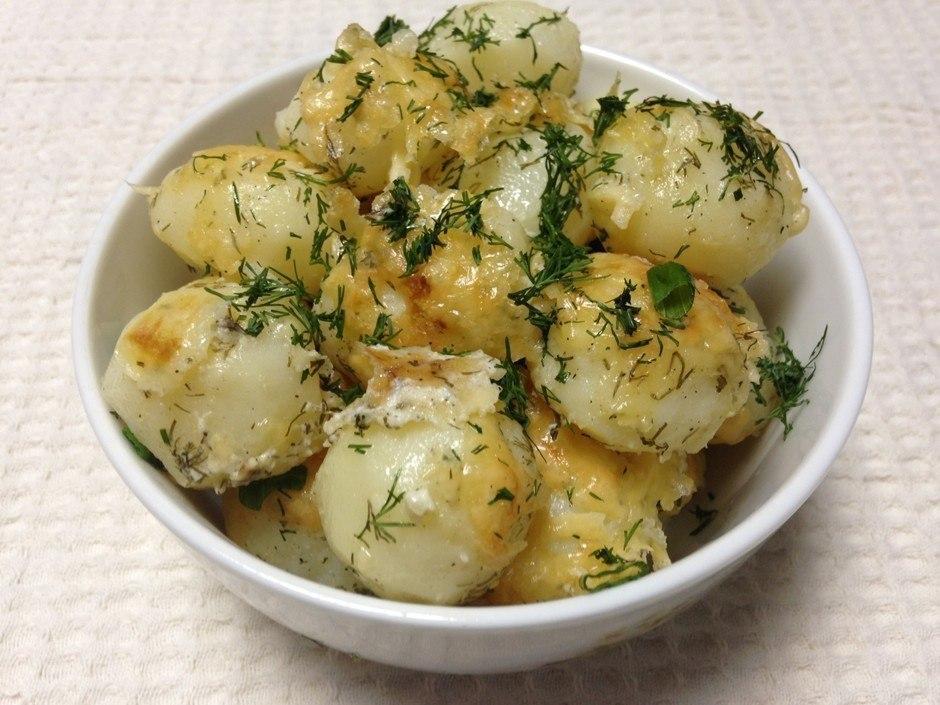 Молодой картофель под сметанным соусом