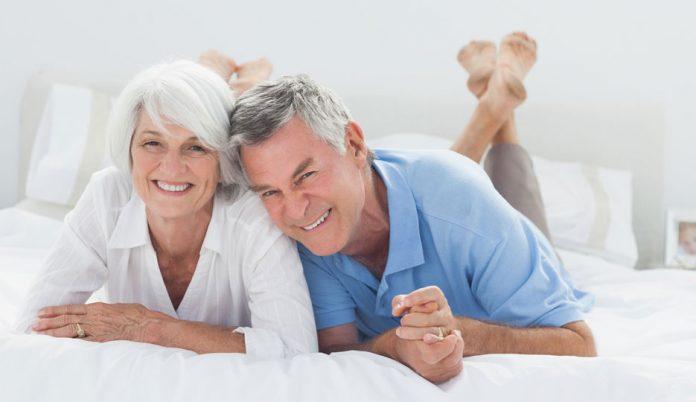Пожилая пара пришла на прием к сексопатологу