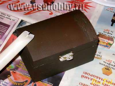 Красим шкатулку в тёмный цвет и натираем углы свечкой чтобы получить эффект потертости шебби-шик