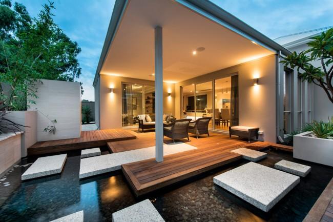 Стильный загородный дом с верандой