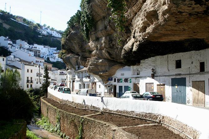Сетениль де лас Бодегас - город под скалой