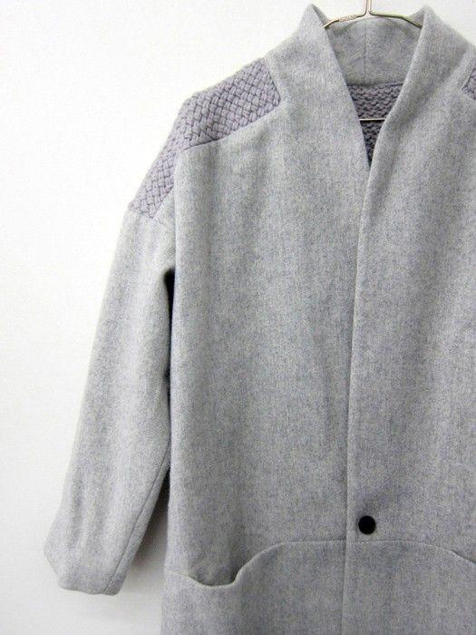 Вязаные вставки в легком пальто
