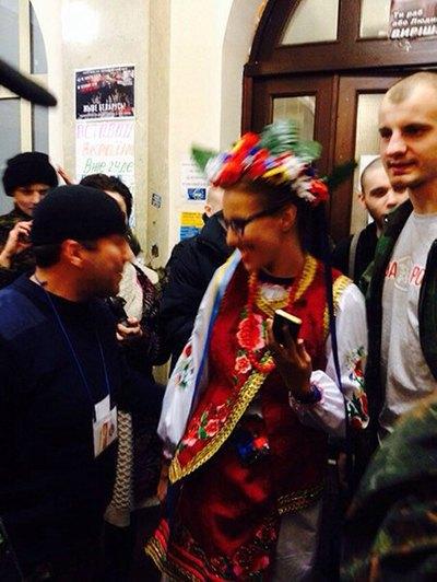 На Украине гибнут люди, а российская оппозиция разгуливает в украинских костюмах