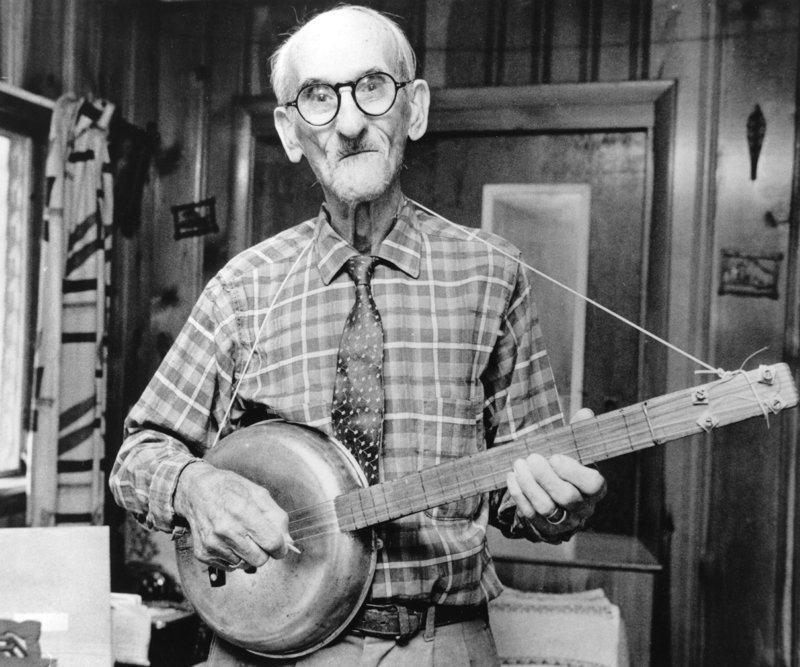 90–летний мистер Фрэнк Фосс из Санкт–Петербурга, штат Флорида, США со своим банджо, сделанным из сковородки и прочих подручных материалов 2–го июля 1972 года. история, люди, мир, фото
