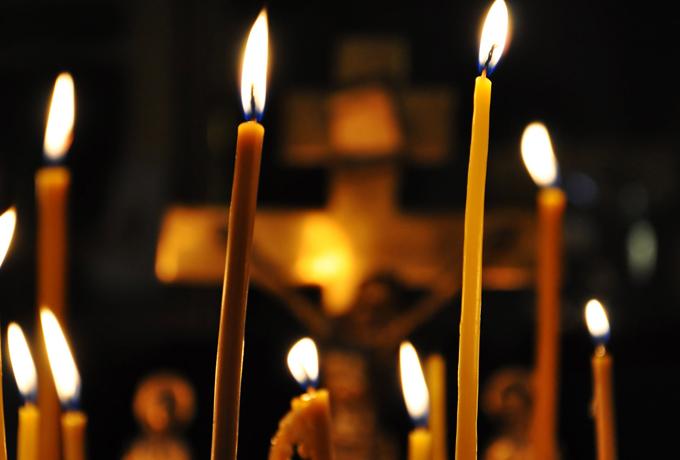 Опасные приметы: как нужно поступить, если упала или погасла свеча в церкви