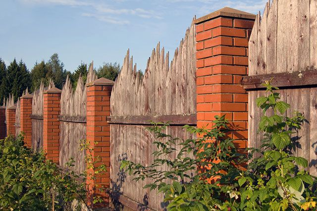 Каким забором можно отгородиться от соседей по даче?
