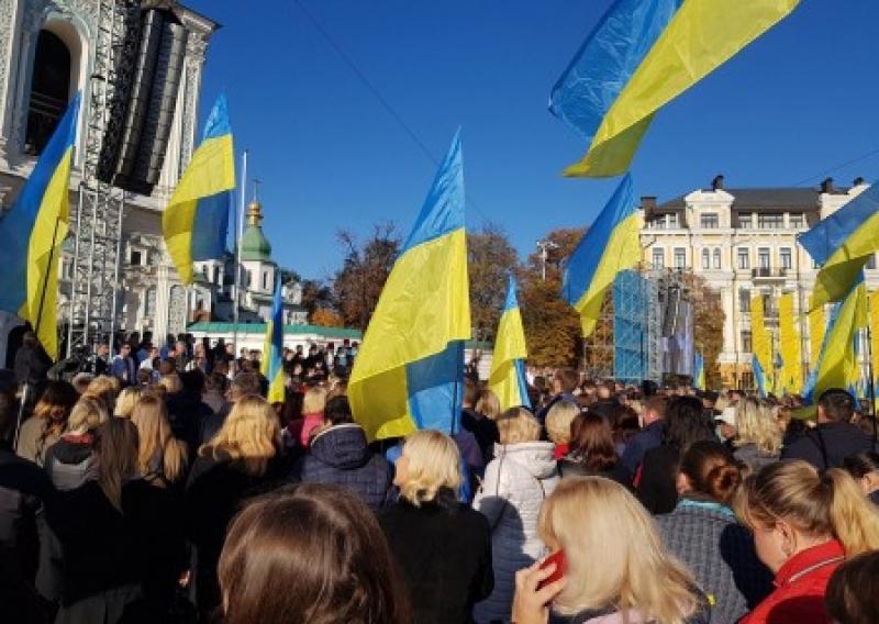Молебен за автокефалию: Собравшиеся бюджетники, наплевав на Порошенко, пошли гулять по Киеву
