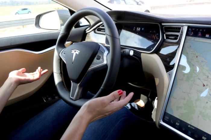 Tesla научит свои автомобили безошибочной парковке