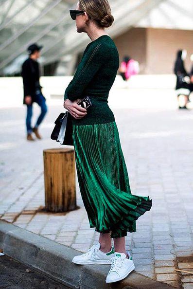Белые кеды и зеленая плиссированная юбка