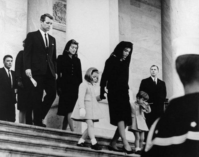 Члены семьи выходят из американского Капитолия после церемонии прощания с президентом 24 ноября 1963 года.