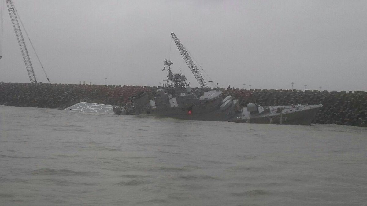 Новейший иранский корабль развалился на две части
