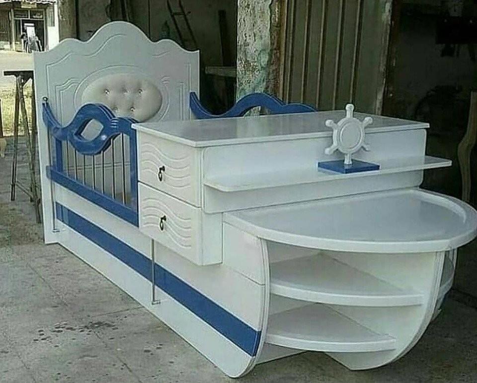 Как вам такой вариант?  И кроватка детская, и столик пеленальный, всё под рукой!
