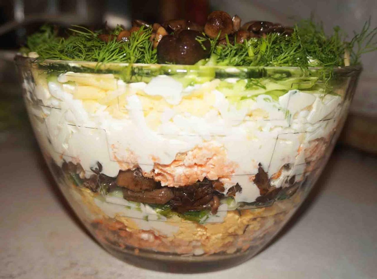Салат слоёный с рыбой и грибами