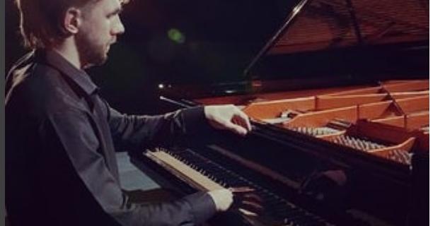 Пианист сыграет на рояле на помойке в Петербурге