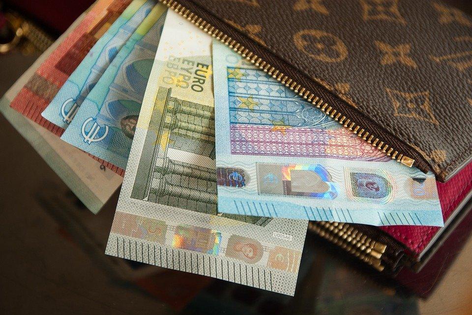 Курс евро впервые с 13 августа достиг 77 рублей