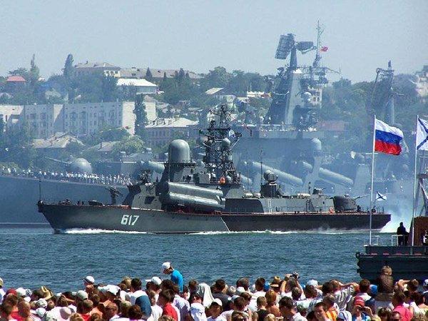 У кого пушка больше: российские пограничники прогнали украинское судно из Черного моря