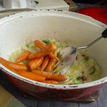 Загружаем морковку в жаровню