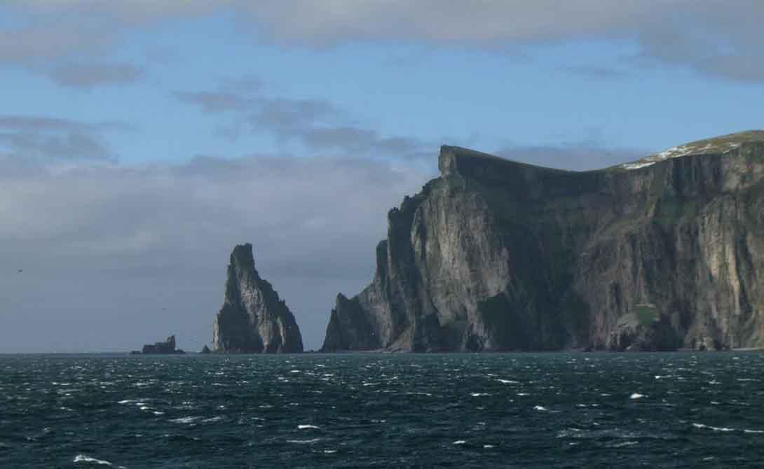 Медвежий остров Норвегия Самый южный остров архипелага Свальбард выглядит настоящим оплотом исконной мрачной красоты норвежских земель. Здесь почти никого нет: на 178 квадратных километров приходится около 20 сменяющихся служителей местной метеостанции.
