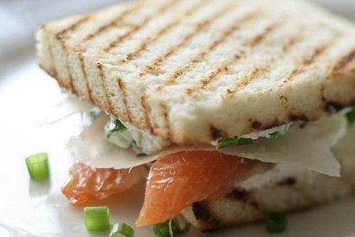 Сэндвич со слабосоленой семгой и сливочным сыром