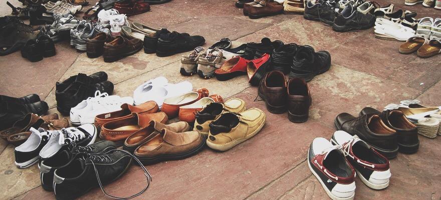 Картинки по запроÑу Люди Ñнимают обувь в помещениÑÑ…