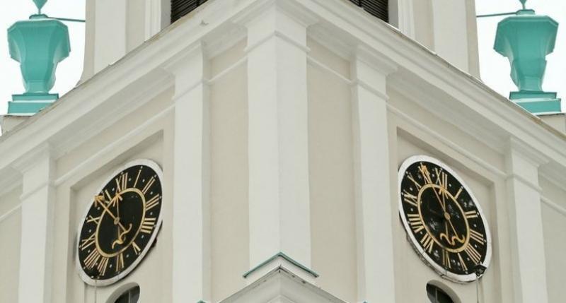 Старинные часы собора в бело…