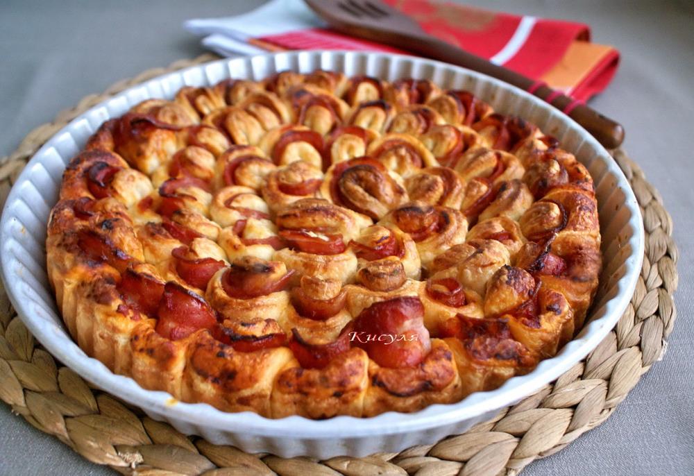 Дрожжевой пирог-цветок с беконом и кетчупом