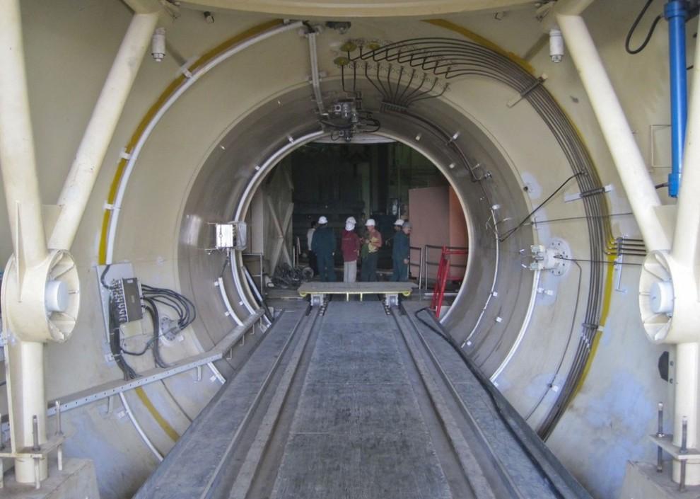 3) Люди работают на атомной электростанции в Бушире приблизительно в 1215 км к югу от Тегерана 30 ноября 2009 года. (REUTERS/Vladimir Soldatkin (IRAN POLITICS ENERGY))