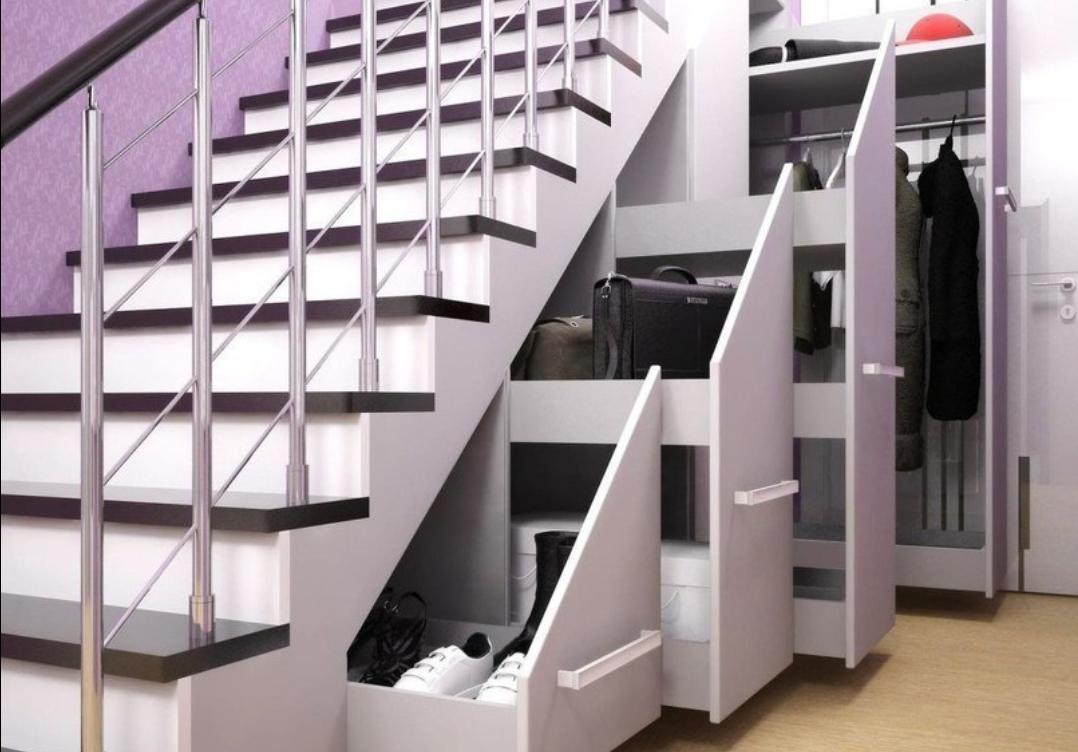 Шкаф под лестницей — интересное дизайнерское решение