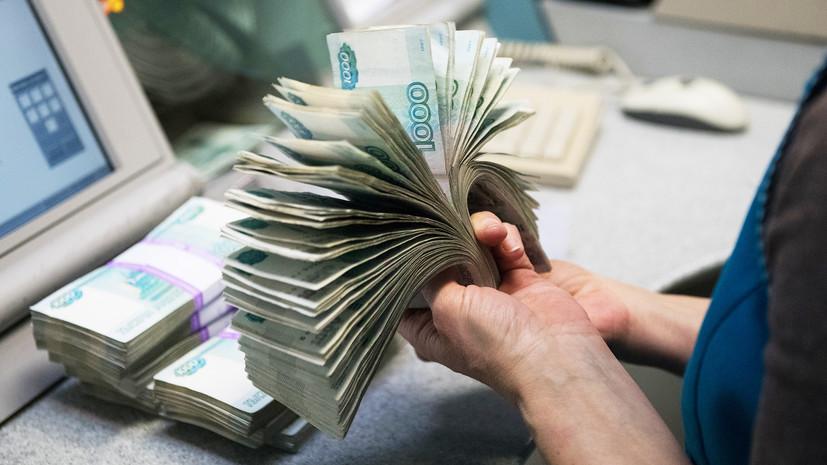Курс рубля в начале торгов снизился к доллару и евро
