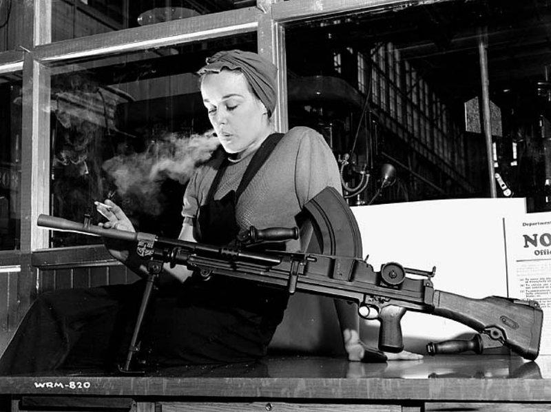 Вероника Фостер, служащая компании John Inglis Co. Ltd., известная под именем «Ronnie, Bren Gun Girl», позирует с готовым Bren Mk1 на заводе John Bond в Торонто, Канада, 1941 год. история, люди, мир, фото