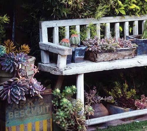 Старая скамейка на даче фото