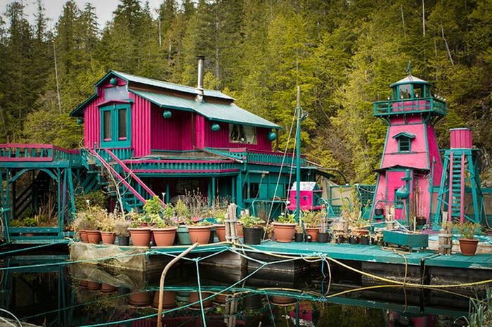 Канадская семья построила свой остров