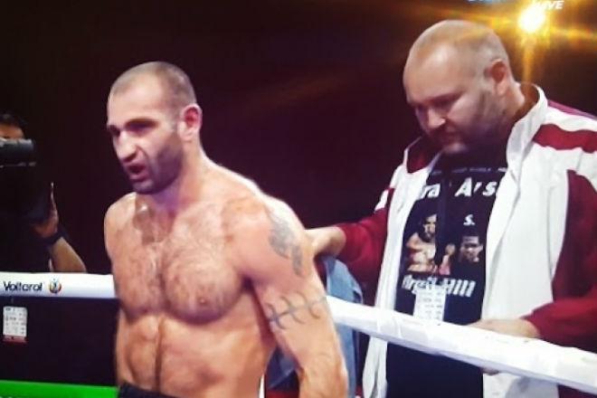 Взбешенный боксер отыгрался на своем тренере